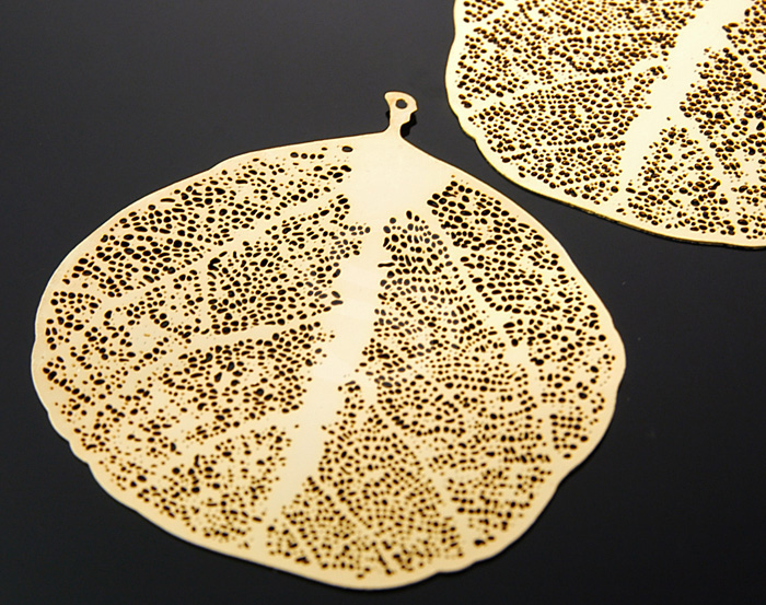 [B0121-P3-G] 2 Pcs / Highly Detailed Filigree Brass Leaf