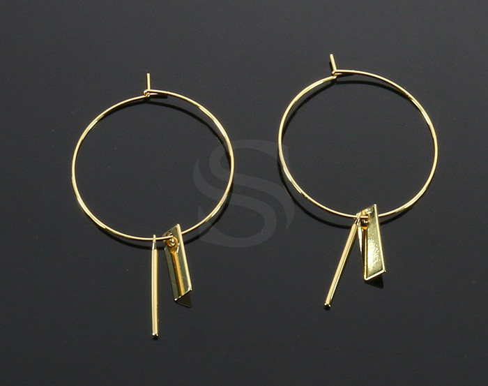 [B2149-E2-G] 2 Pcs / Hoop Earring with little charms / Brass