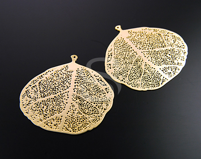 [B0121-P2-G] 2 Pcs / Highly Detailed Filigree Leaf Pendant / Brass / 36mm x 35mm
