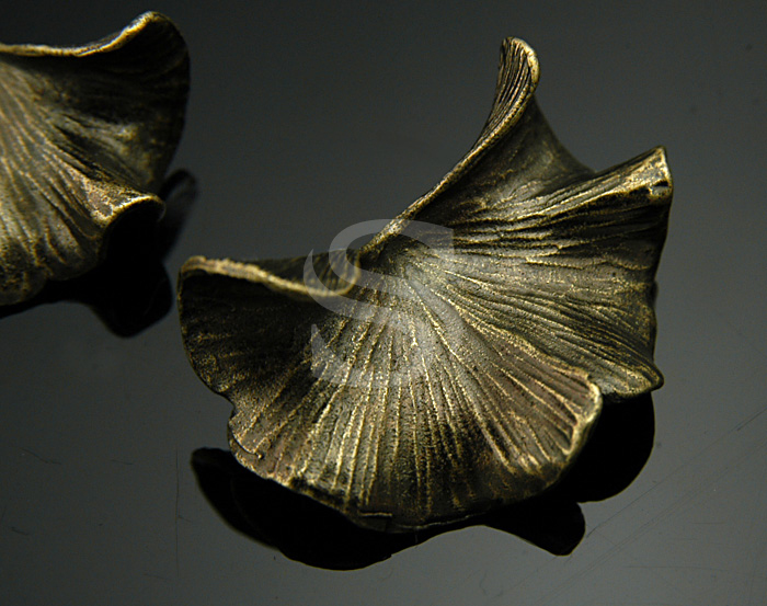 [B0442-P-AB] 2 Pcs / Elegant gingko leaf Pendant / Brass / 16mmx30.5mm
